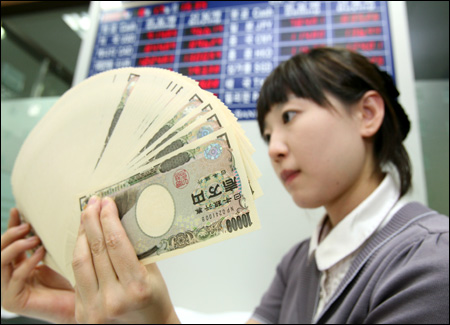Курс евро к иене опустился до 11-летнего минимума