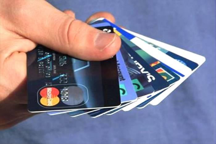Владельцы кредиток все еще предпочитают наличные