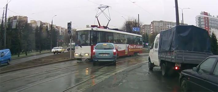В Минске автомобиль не пропустил трамвай и парализовал движение на полдня