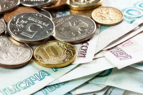 Курс рубля начал неделю с роста