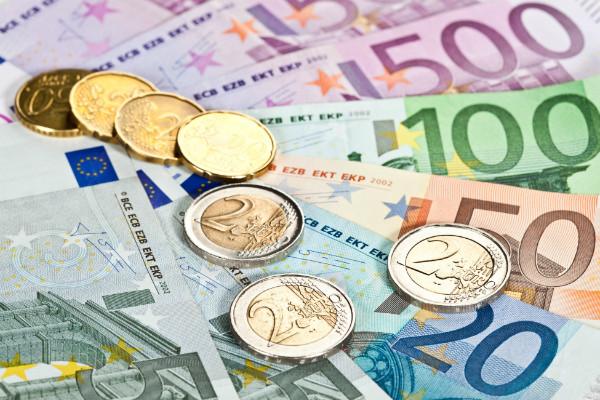 Официальный курс евро упал ниже 61 рубля