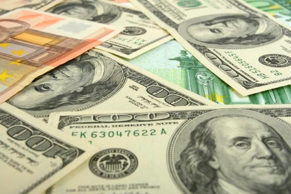 ЦБ поднял курс доллара выше 53 рублей
