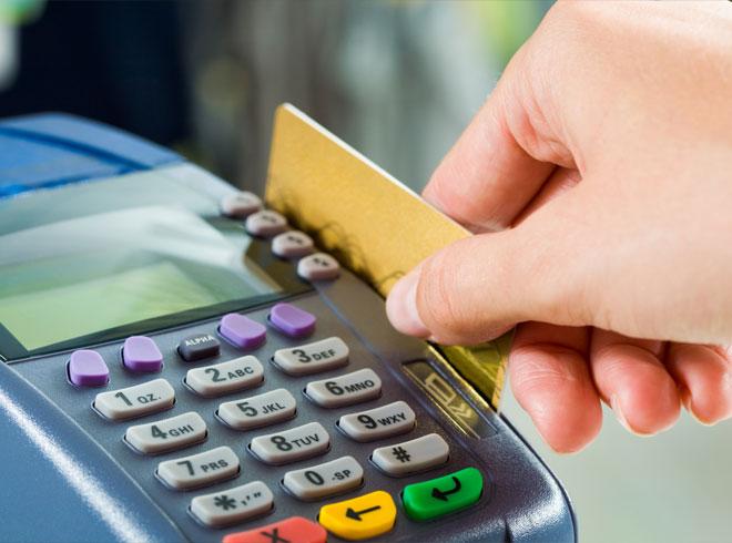 Россияне стали меньше пользоваться банковскими картами