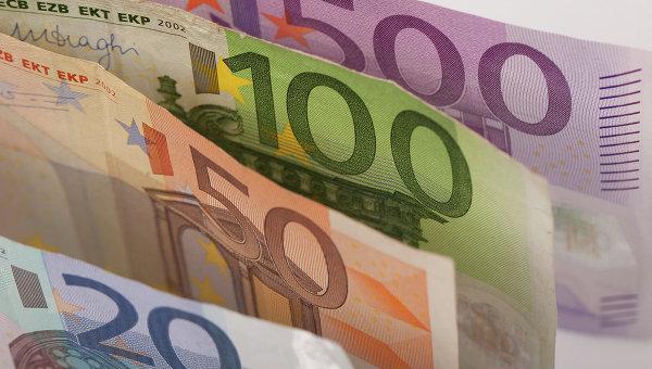Рубль ускорил падение, евро тестирует уровень в 83 рубля