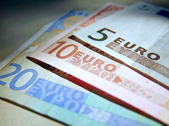 Доллар и евро слегка снизились, нефть немного поднялась в цене