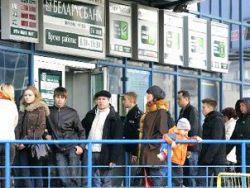Белорусы снимают вклады из банков и скупают валюту