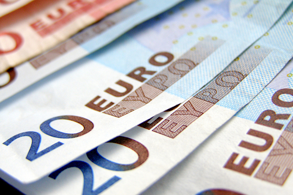ЦБ опустил курс евро ниже 70 рублей