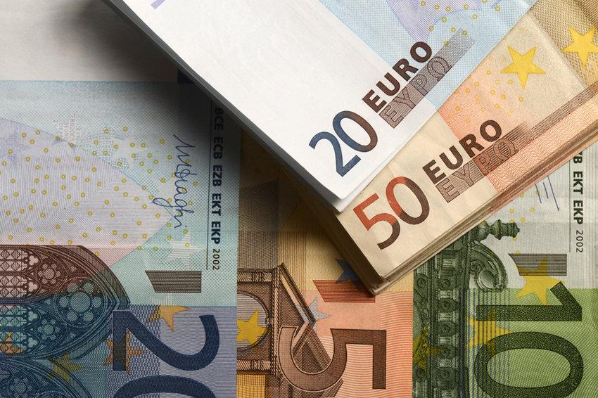 Курс евро упал ниже 85 рублей