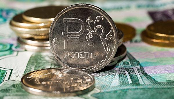 Рубль торговался против доллара и евро в районе 3-месячных максимумов