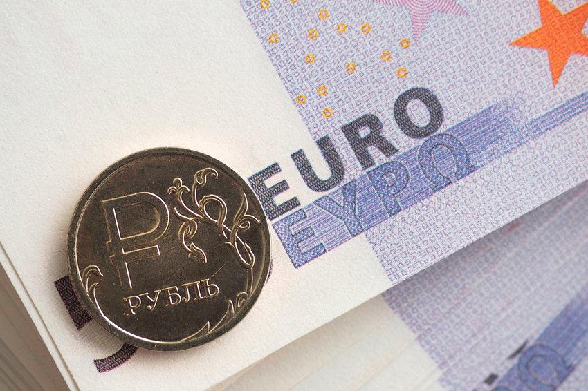 Официальный курс евро упал ниже 76 рублей