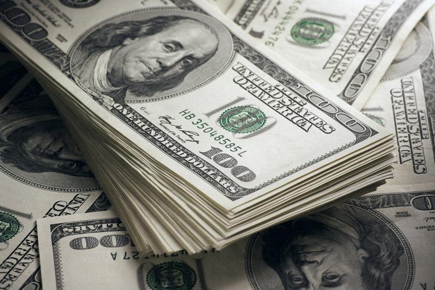Официальный курс доллара подошел к 64 рублям