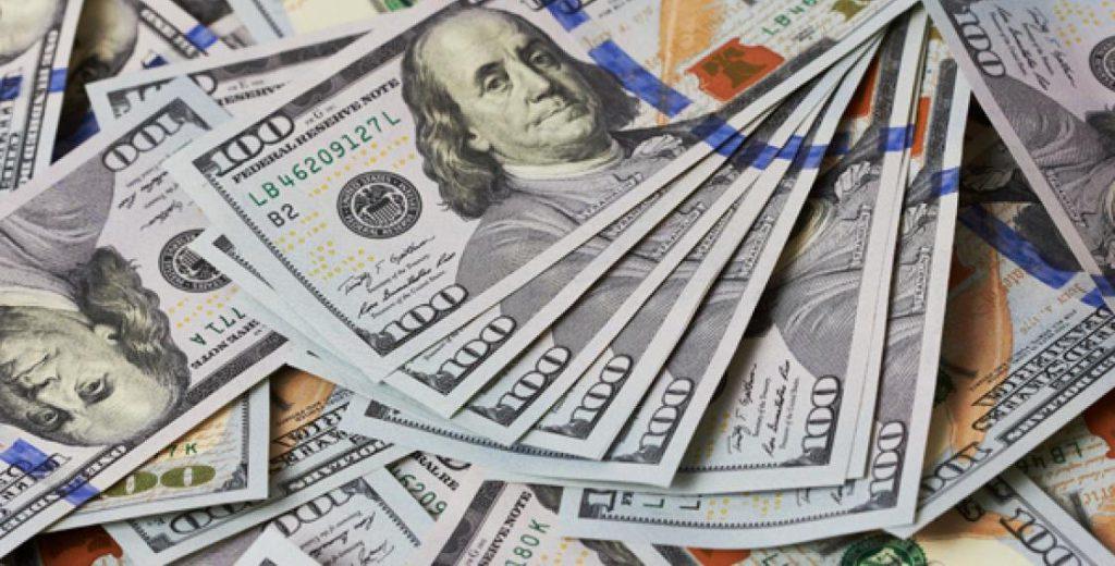 Центробанк поднял курс доллара выше 65 рублей