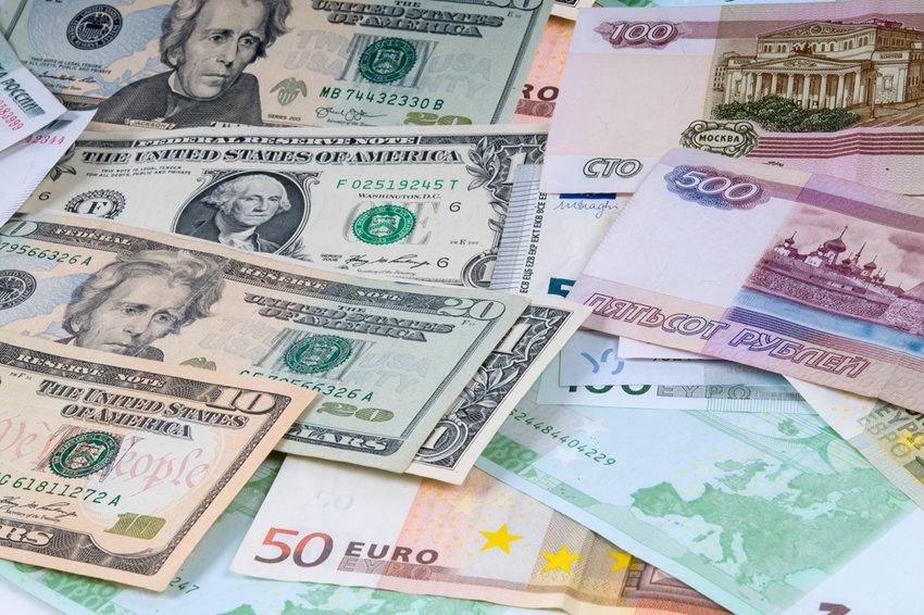 Банк России поднял курс евро и опустил курс доллара