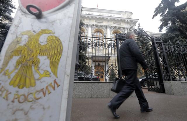 ЦБ отозвал лицензии Столичной расчетной палаты и МКБ