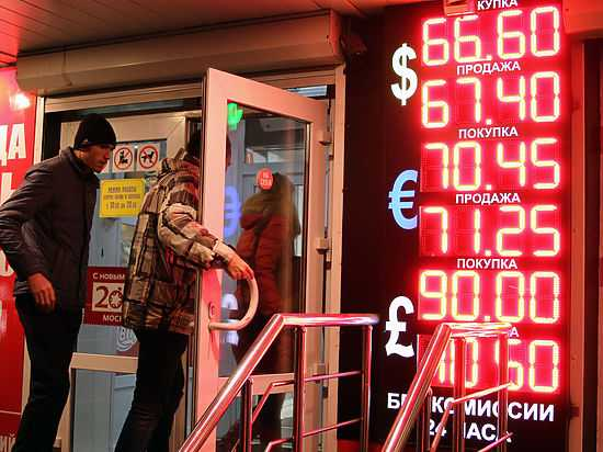 Россияне поставили новый рекорд по скупке валюты в обменниках
