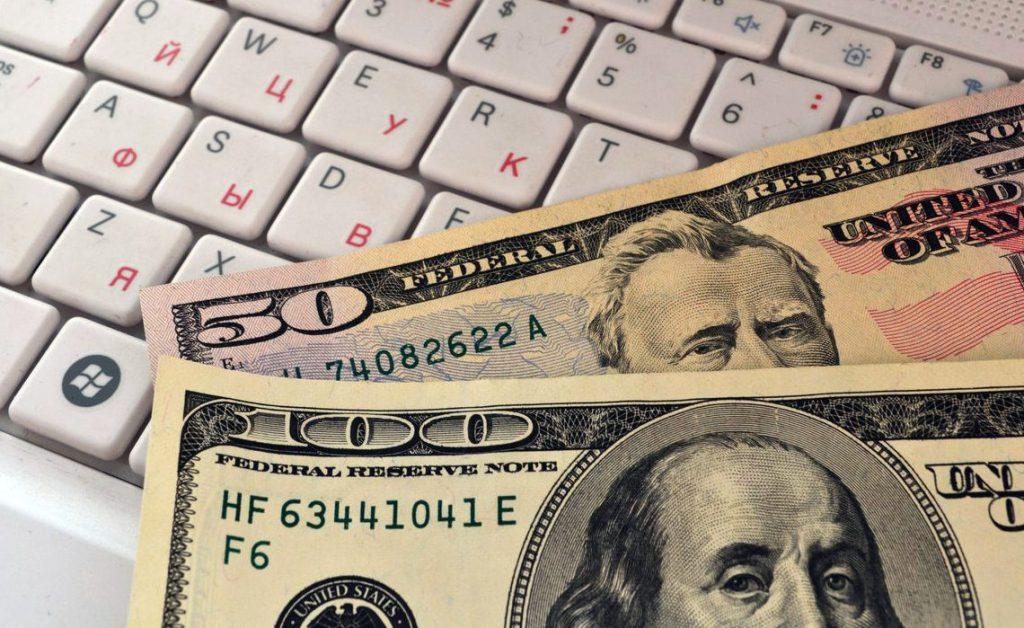 Доллар упал ниже 57 рублей впервые с июля 2015 года