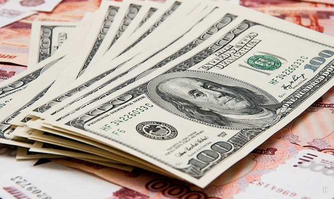 Биржевой курс доллара упал ниже 57 рублей