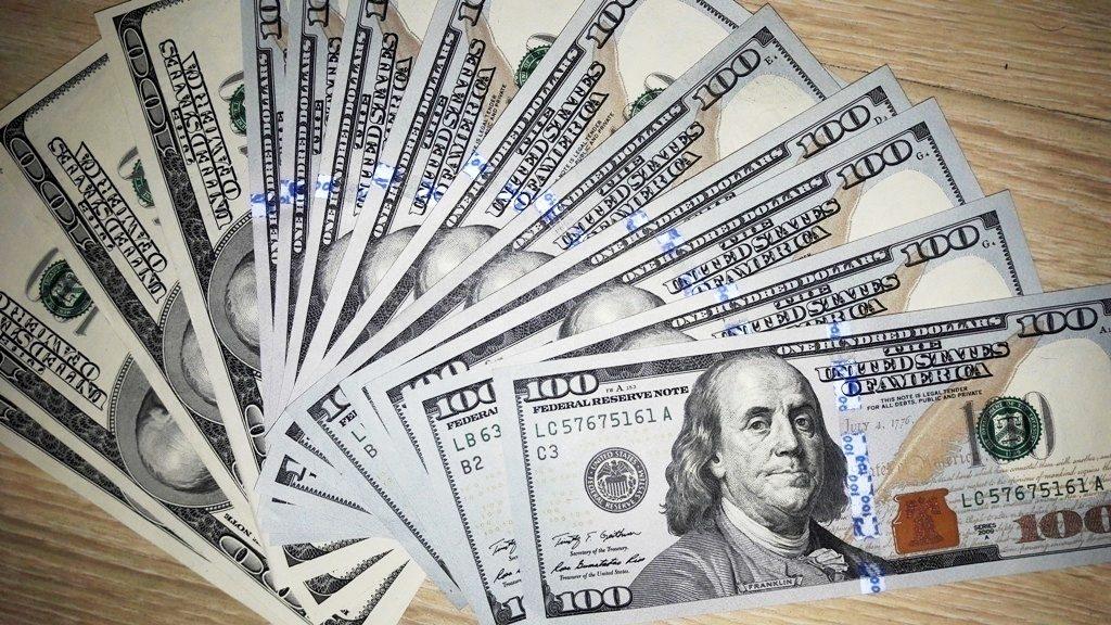 Официальный курс доллара превысил 56 рублей