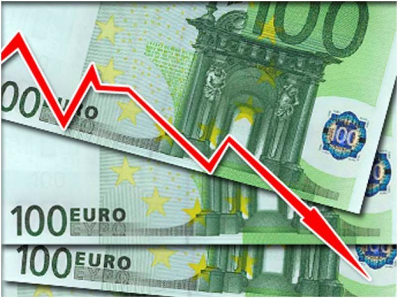 Официальный курс евро упал на 98 копеек