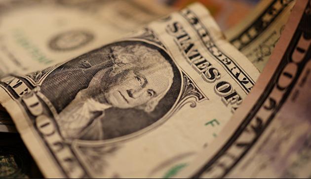 Курс доллара по итогам основной биржевой сессии понизился на 53 копейки, евро — на 56