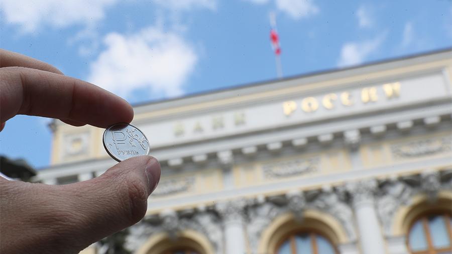 Рубль завершил основную валютную сессию заметным ослаблением к доллару и евро
